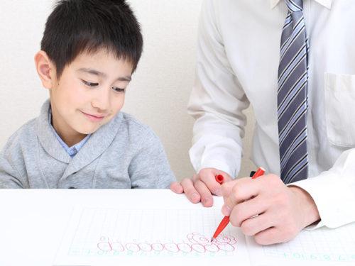 男の子を指導する講師
